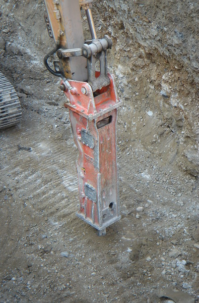 NPK E220 hydraulic hammer on Cat excavator  (2).JPG