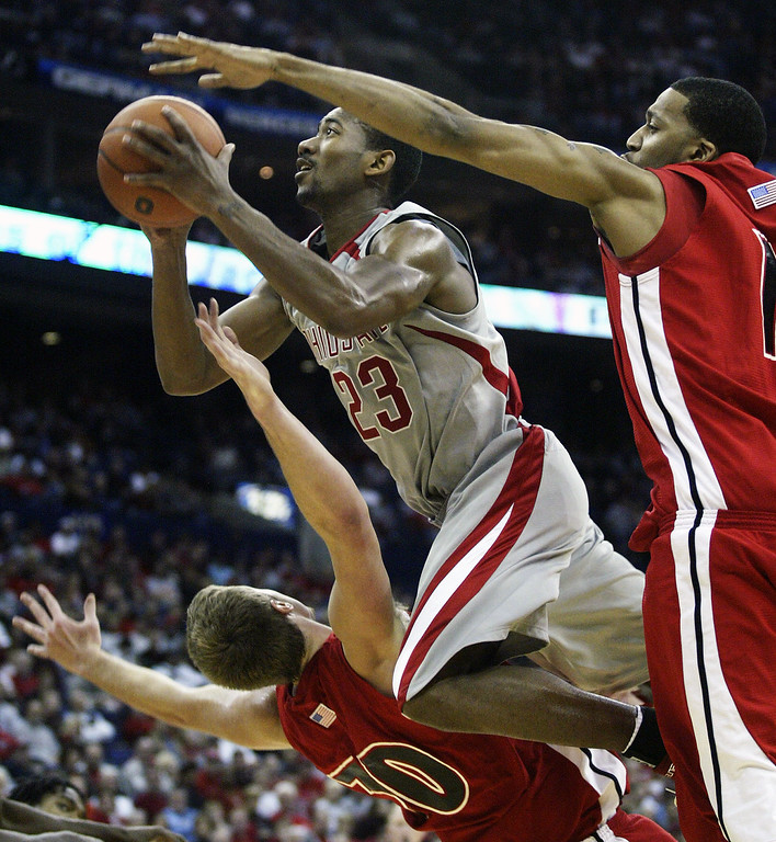 . Ohio State\'s David Lighty, center, is fouled as he drives to the basket against Youngstown State\'s Chris Booth, left, and Dwight Holmes during the second half of an NCAA basketball game Friday, Nov. 24, 2006, in Columbus, Ohio. (AP Photo/Jay LaPrete)