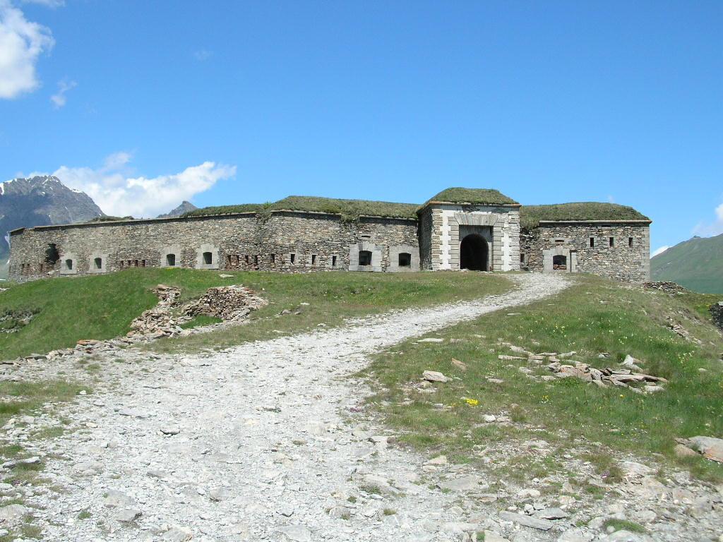 Fort Variselle. Naast de stuwdam van Lac du Mt Cenis. Ondertussen verboden voor gemotoriseerd verkeer