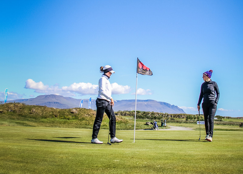 Hulda Clara Gestsdóttir, GKG og Anna Sólveig Snorradóttir, GK á 9. flöt á Garðavelli.  Mynd/seth@golf.is