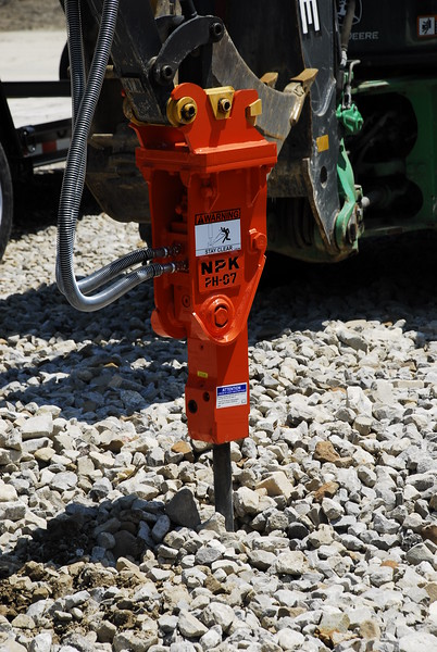 NPK PH07 hydraulic hammer on Deere mini excavator (59).JPG