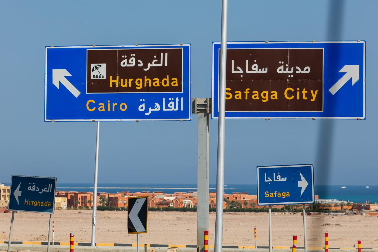 Egipt; PrzezOknoAutobusu; Safari; egipskie znaki drogowe