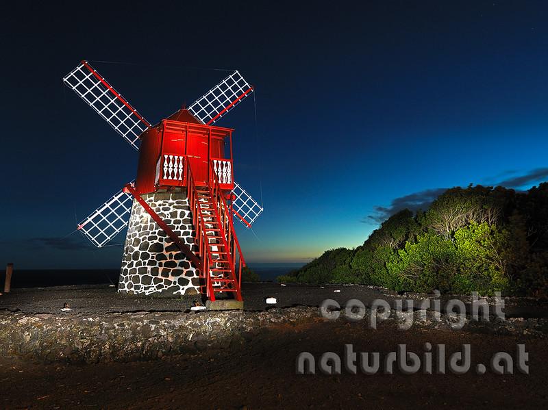 Windmühle, Roter Holzturm auf Stein, Nachtaufnahme, Insel Pico, Azoren, Portugal,