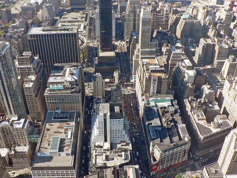 I bildens nederkant Macy's, världens största varuhus som upptar ett helt kvarter. Den cirkelformade byggnaden uppe till vänster är Madison Square Garden.