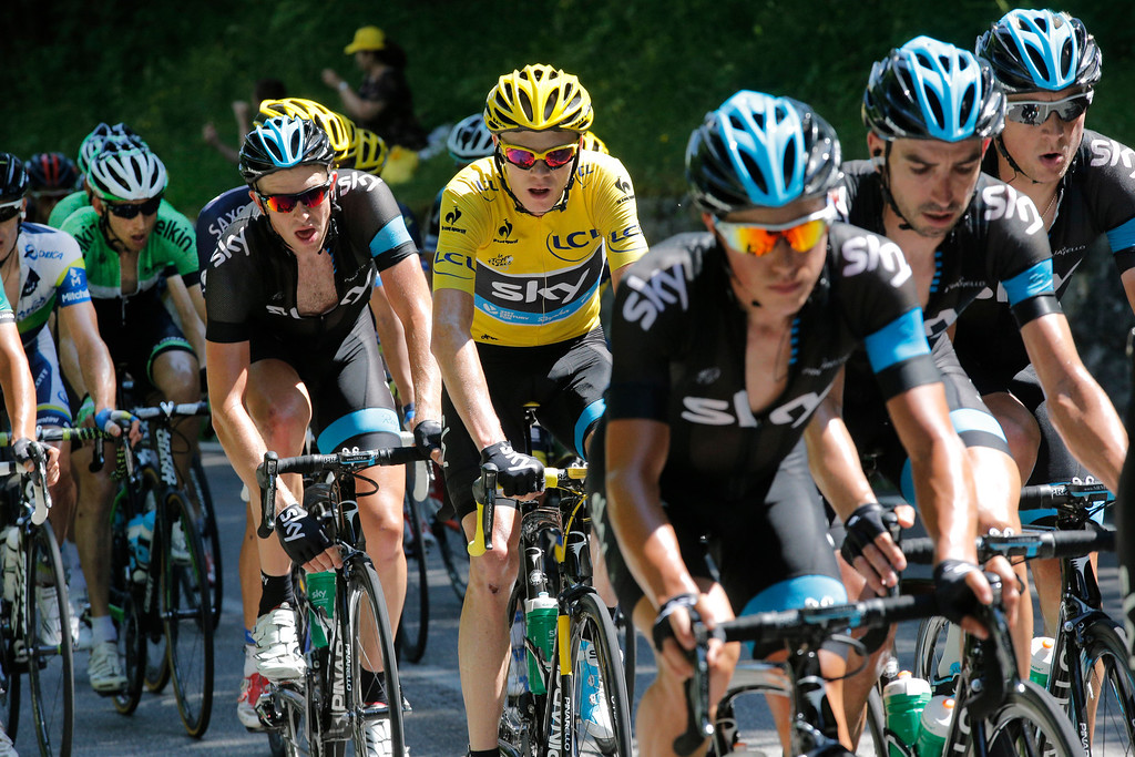 . Sky teammates of Christopher Froome of Britain, wearing the overall leader\'s yellow jersey, set the pace for the pack with Bauke Mollema of The Netherlands, left in green, during the 20th stage of the Tour de France cycling race over 125 kilometers (78.1 miles) with start in in Annecy and finish in Annecy-Semnoz, France, Saturday July 20 2013. (AP Photo/Christophe Ena)