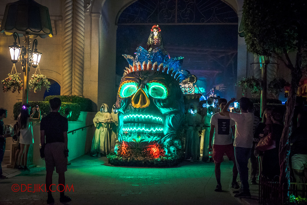 Halloween Horror Nights 6 - March of the Dead / Death March - Procession reaches Far Far Away