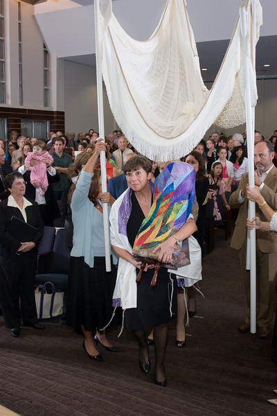 Leesa Fields carries the new Torah -- Siyum HaTorah -- Beth El's Project 613: Writing a Torah
