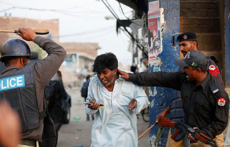 . Police beat and detain a Pakistani Christian protester during a demonstration against Saturday\'s burning of Christian houses and belongings in Badami Bagh, Lahore March 10, 2013. Hundreds of Pakistani Christians took to the streets across the country on Sunday, demanding better protection after a Christian neighborhood was torched in the city of Lahore a day earlier in connection with the country\'s controversial anti-blasphemy law.   REUTERS/Mohsin Raza