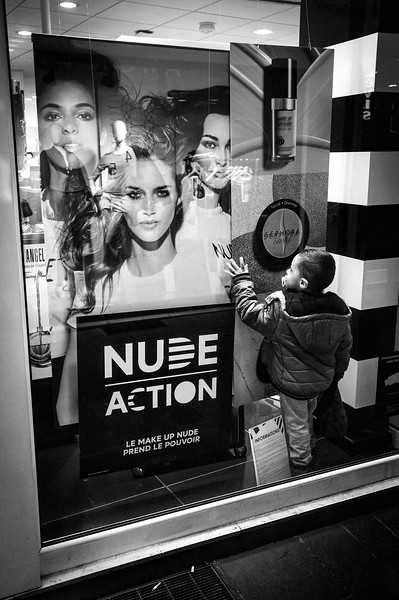 KID_INSIDE_SHOP_WINDOW_LOOKING_AT_MODEL_GIRL_ON_DISPLAY_RODEZ.jpg
