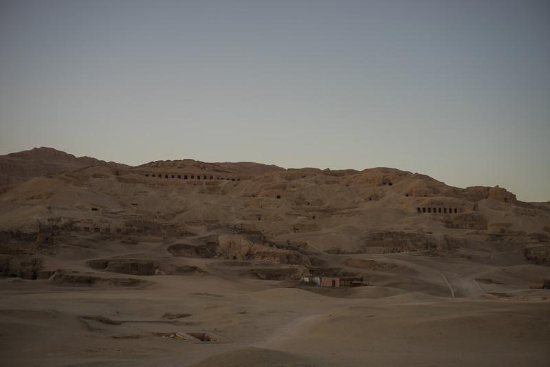 Montaña Tebana con las excavaciones