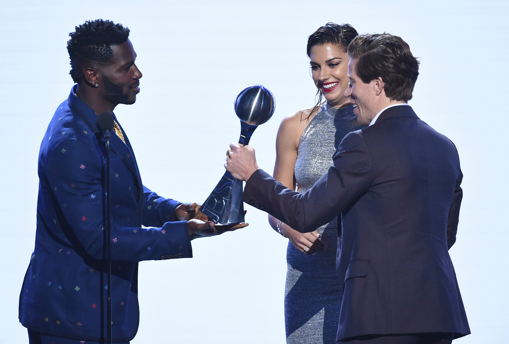 . Antonio Brown, left, and Alex Morgan present the award for best Olympic moment to snowboarder Shaun White at the ESPY Awards at Microsoft Theater on Wednesday, July 18, 2018, in Los Angeles. (Photo by Phil McCarten/Invision/AP)