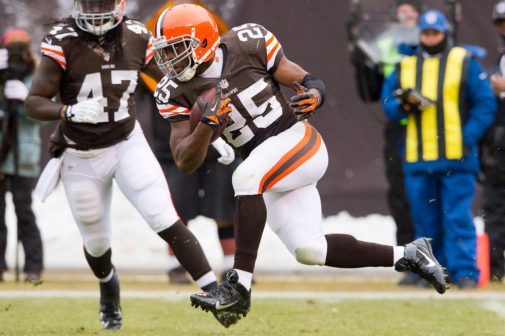 . Running back Chris Ogbonnaya #25 of the Cleveland Browns runs for a gain during the first half against the Chicago Bears at FirstEnergy Stadium on December 15, 2013 in Cleveland, Ohio. (Photo by Jason Miller/Getty Images)