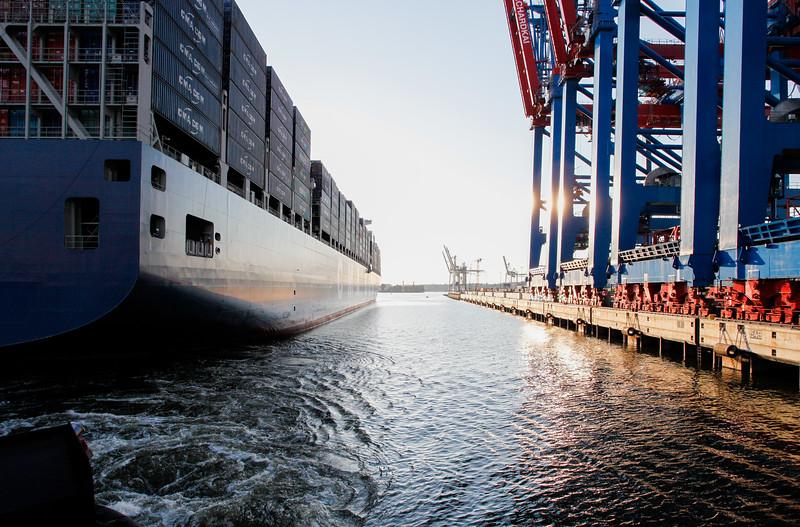 Containerschiff legt am Burchardkai in Hamburg an