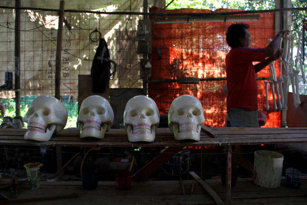 . A craftsman completes the manufacture of mannequins on April 23, 2014 in Depok, West Java, Indonesia. The mannequins are made from fiberglass and will be used in schools, hospitals and laboratories.  (Photo by Nurcholis Anhari Lubis/Getty Images)