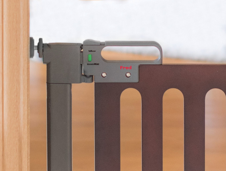 Fred_Stairgates_Pressure_Wooden_Gate_Lifestyle_grey_close_part.jpg
