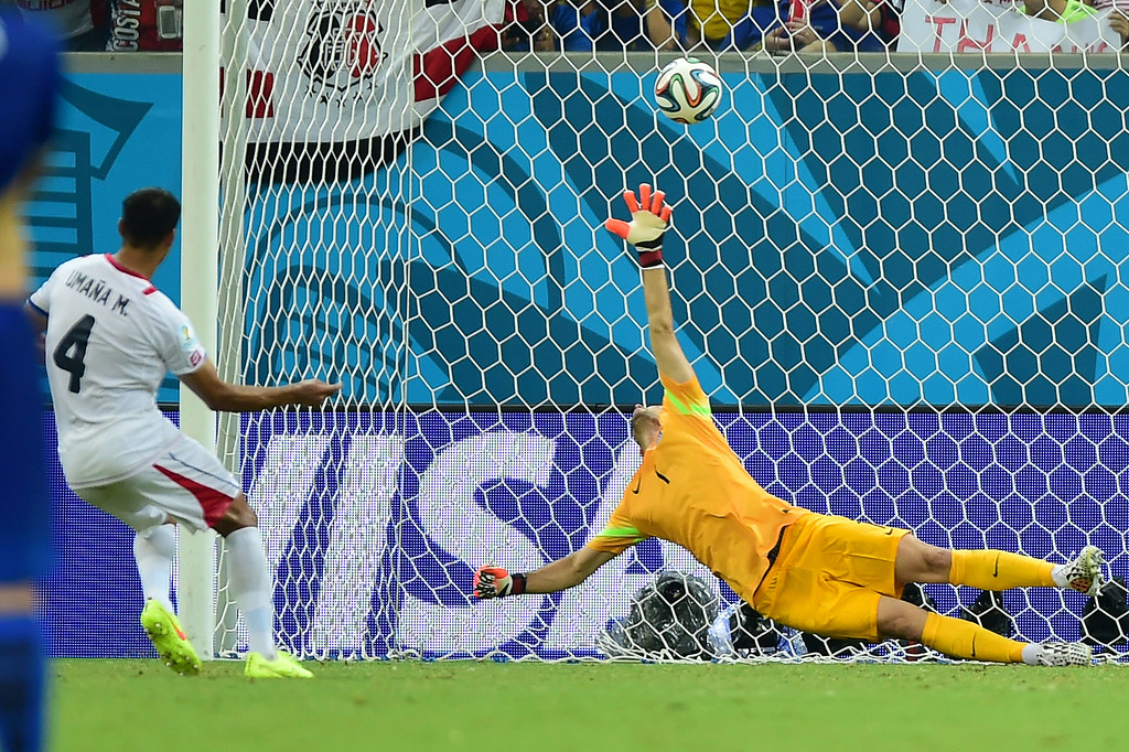 . Costa Rica\'s defender Michael Umana scores during the penalty shootout after the extra time in the round of 16 football match between Costa Rica and Greece at Pernambuco Arena in Recife during the 2014 FIFA World Cup on June 29, 2014. AFP PHOTO / RONALDO SCHEMIDT