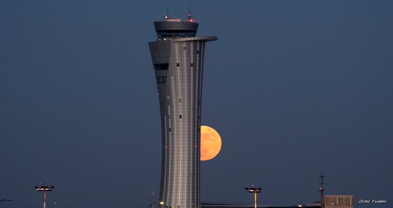 ירח מימין למגדל.jpg