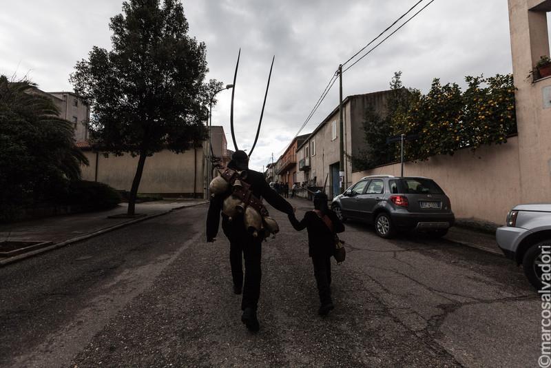 Nonno e nipote indossano le maschere di Boes e Merdules a  Ottana