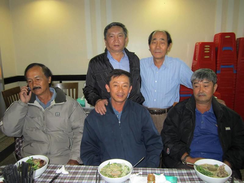 đứng: Lễ, Lan phu quân. Ngồi: Nho, Lộc, Trọng