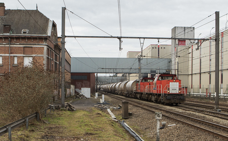DBC-NL 6509+6507 pass the Jupiler brewery with the limestone loads 47616 (Bressoux - Veendam/NL) in Jupille.