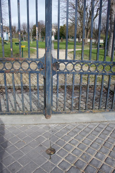 A stolen medallion at the gate of the Observatoire.