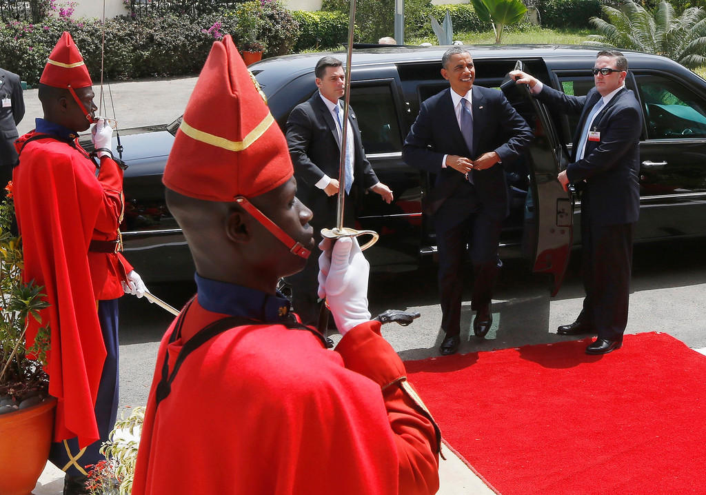 . U.S. President Barack Obama arrives at the Supreme Court to meet with regional judiciary leaders on the rule of law, in Dakar, June 27, 2013. Obama\'s trip, his second to the continent as president, will take him to Senegal, South Africa and Tanzania. REUTERS/Jason Reed