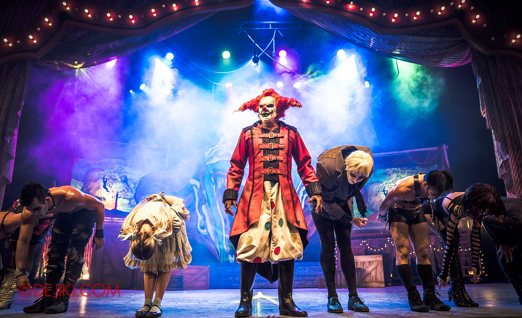 Halloween Horror Nights 6 - Jack's Recurring Nightmare Circus / Maniacs bow while Jack stands