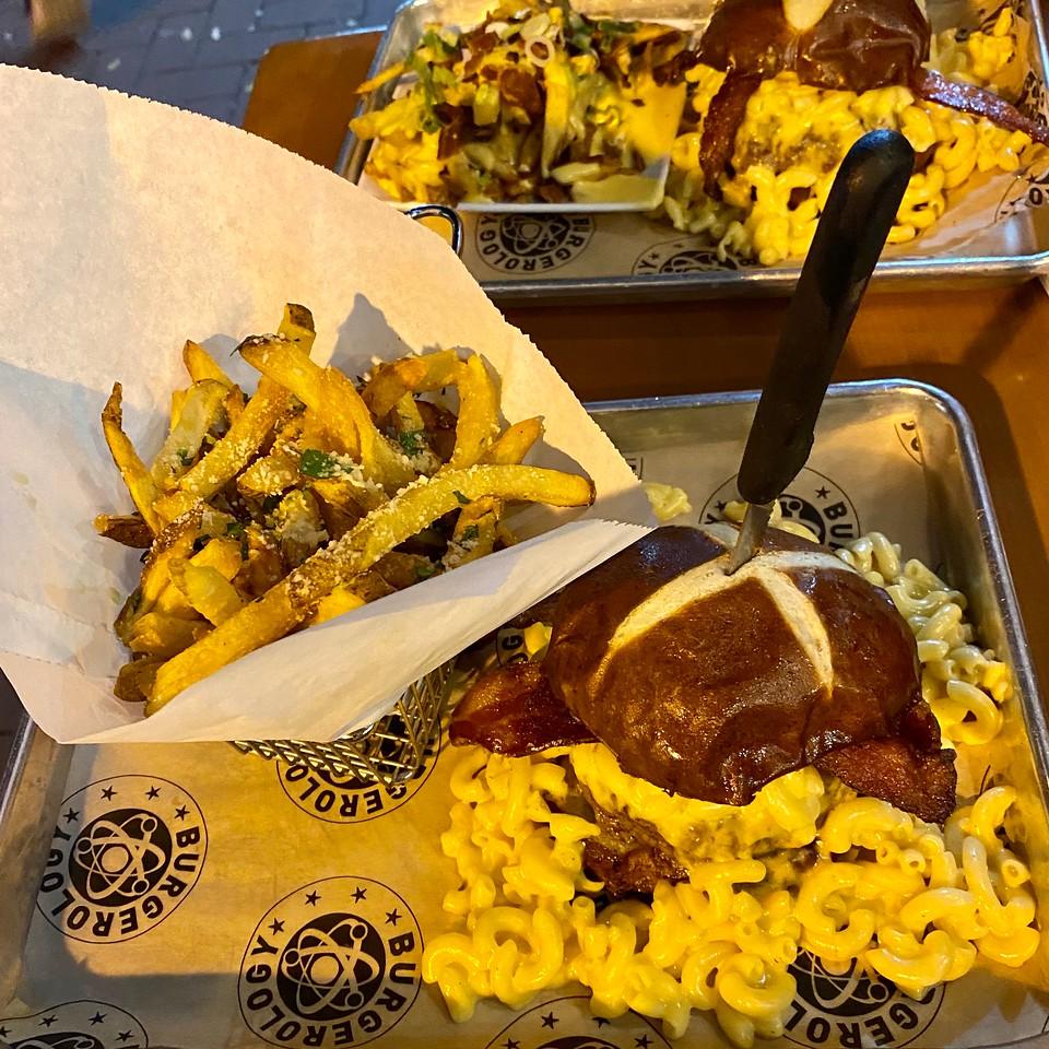 burgerology mac and cheese burger huntington new york