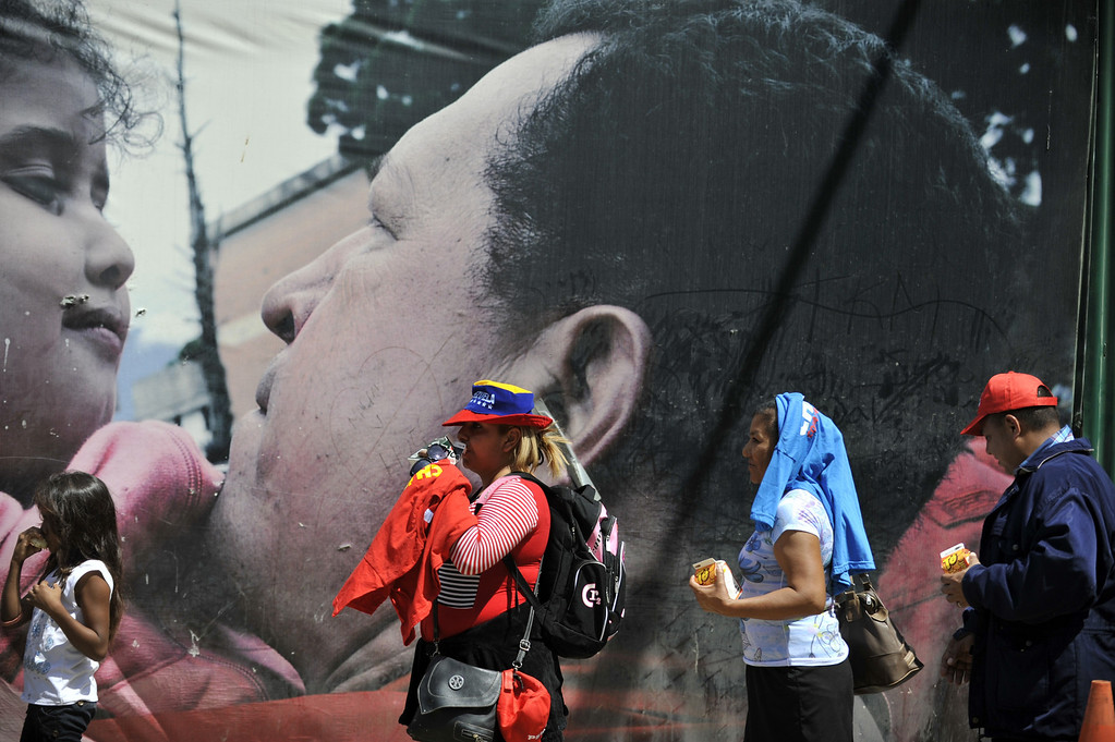 . People line up to pay their respects to late Venezuelan President Hugo Chavez in Caracas on March 8, 2013.    AFP PHOTO/Eitan ABRAMOVICH/AFP/Getty Images