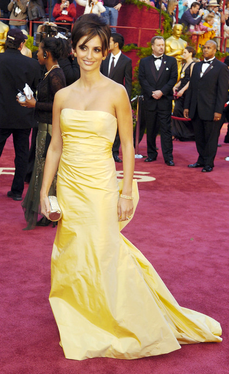 . In this Feb. 27, 2005, file photo, Spanish actress Penelope Cruz, in Oscar de la Renta, arrives for the 77th Academy Awards in Los Angeles.  (AP Photo/Chris Pizzello, File)
