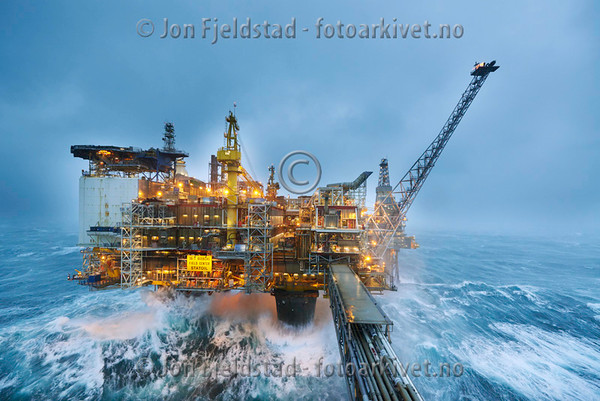 Bilder av oljeplattformer og forsyningsskip på olje og gassfelt i Nordsjøen.