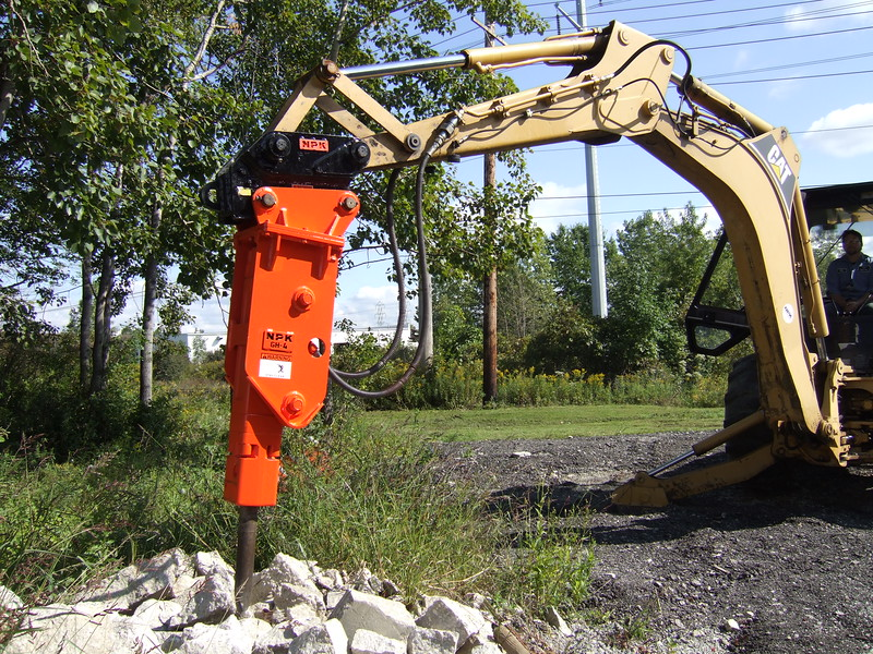 NPK GH4 hydraulic hammer with quick attachon Cat backhoe at NPKCE (19).JPG