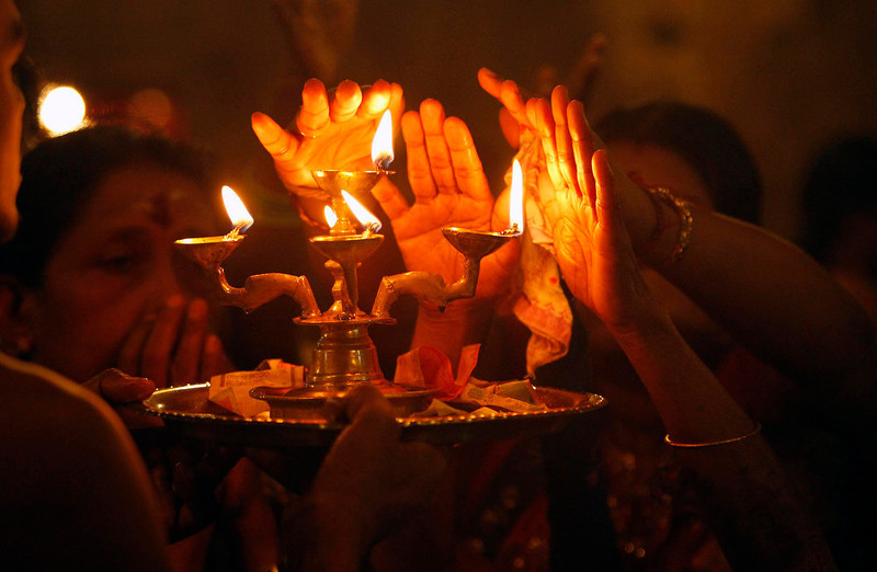 . Hindu devotees pray during the annual Maha Shivaratri festival at Shivam Kovil in Colombo March 10, 2013. Sri Lanka\'s Hindu devotees celebrate the annual Maha Shivaratri festival by fasting for an entire day and holding a night long vigil at Hindu temples island wide. REUTERS/Dinuka Liyanawatte