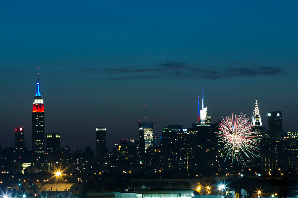 . Fireworks erupt over the skyline during the fourth of July celebrations in New York July 4, 2013. REUTERS/Lucas Jackson