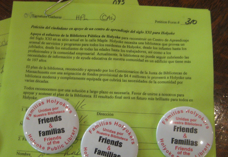 Spanish version of same petition, with bilingual buttons suggested and designed by the recently-formed group, Familias Holyokers Unidas por Nuestra Biblioteca.