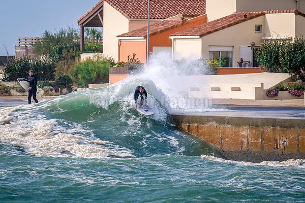 Surfing Alex dans le chenal du port de Capbreton