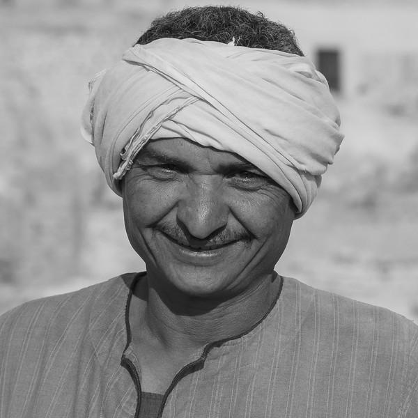 Trabajador egipcio en la excavación. http://www.excavacionegipto.com