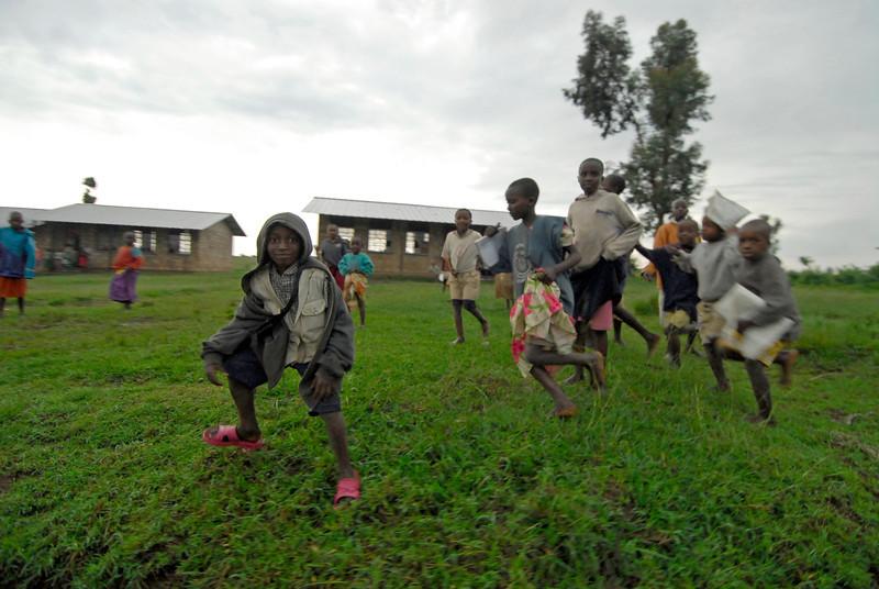 070115 4527 Burundi - School children on the road to Rutana _E _L ~E ~L.JPG
