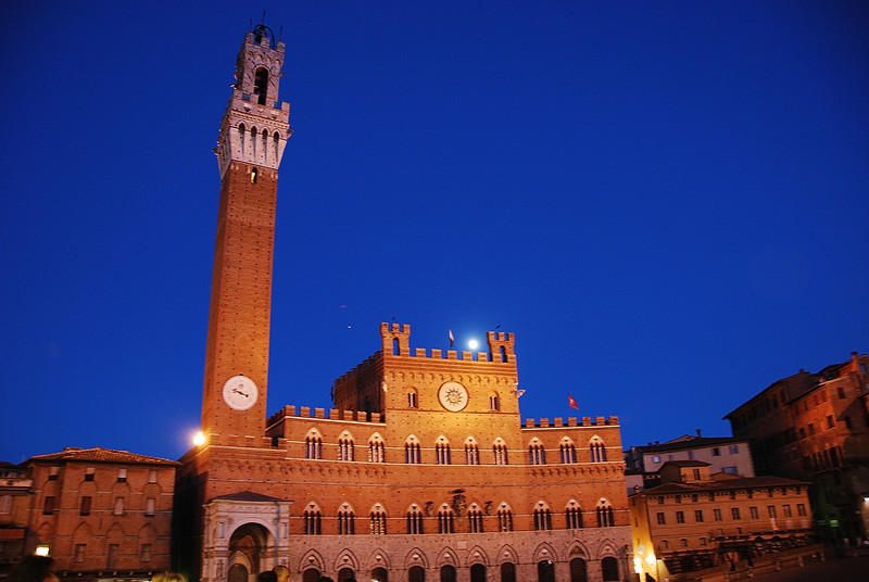 Il Palio at night