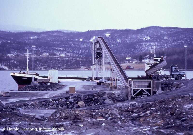 Utskipning. Nikkel og olivin, gruve på fjellet og anlegg for utskipning nede ved fjorden.