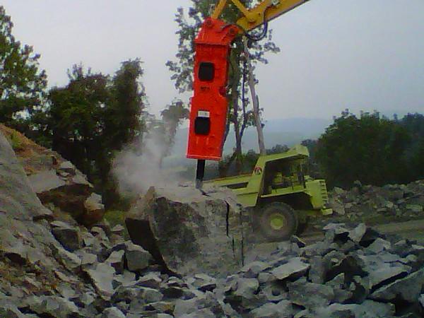 NPK GH18 hydraulic hammer on Komatsu excavator at Rish (10).jpg