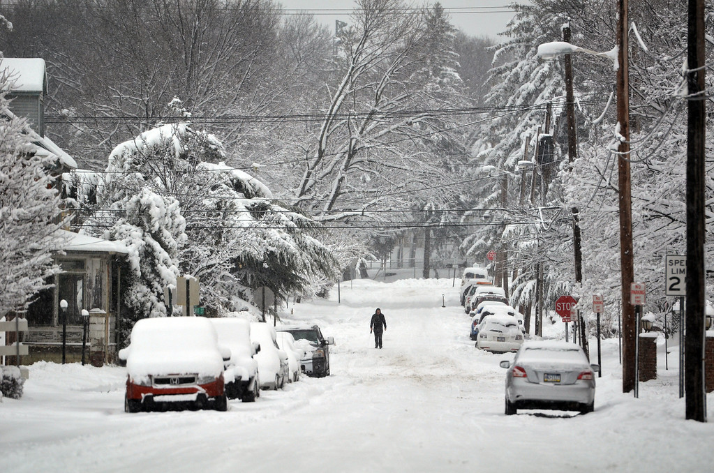 . Jenkins Avenue in Lansdale as snowstorm winds down.      Monday, February 3, 2014.  Photo by Geoff Patton