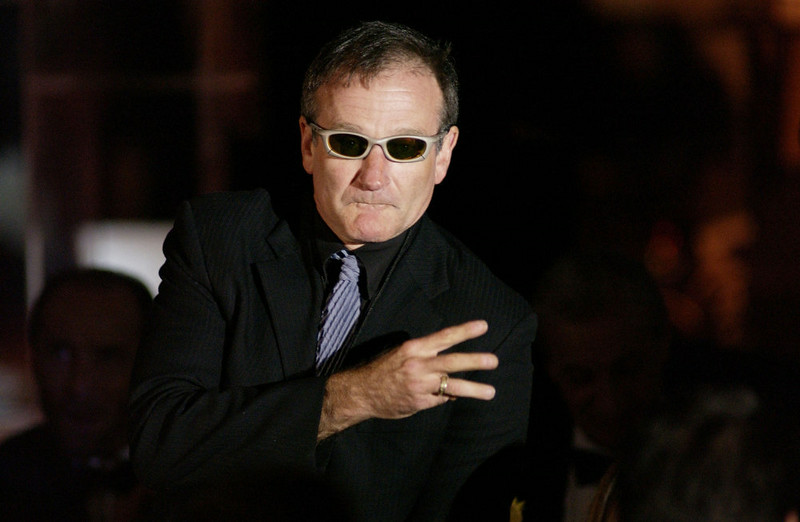 ". Actor Robin Williams auctions off items to guests during ""Celebrity Fight Night IX\"" fundraiser at the Arizona Biltmore Hotel on March 15, 2003 in Phoenix, Arizona.  Celebrity Fight Night is a non-profit organization which raises money for several national research centers and charities.  (Photo by Robert Mora/Getty Images)"