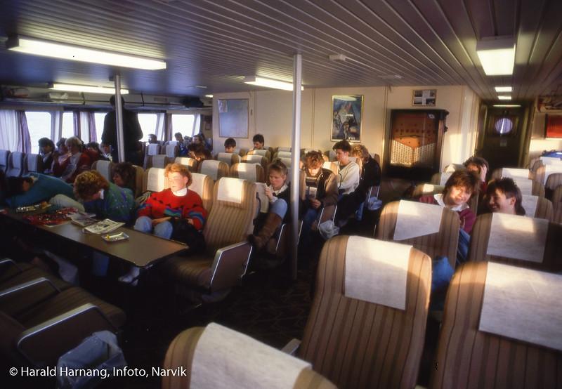 Interiør, moderne hurtigbåt som erstattet Skogøy. Ombord trolig skoleelever fra Narvik på vei hjem.