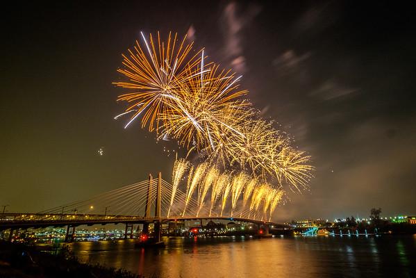 Tilikum Crossing Fireworks 2015