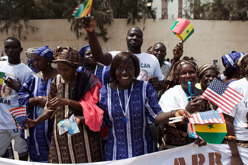 . People cheer to welcome U.S. first lady Michelle Obama outside Martin Luther King middle school, an all-girls school where Mrs. Obama spoke in Dakar, Senegal June 27, 2013. U.S. President Barack Obama and his wife Michelle are visiting Senegal until June 28 before travelling to South Africa and Tanzania.  REUTERS/Joe Penney