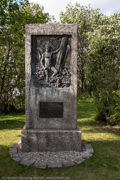 Statue til minne om sjøfolk fra Narvik som omkom under første verdenskrig (1914-1918), med navneplate. Statuen står i havneparken nær Havnens Hus.