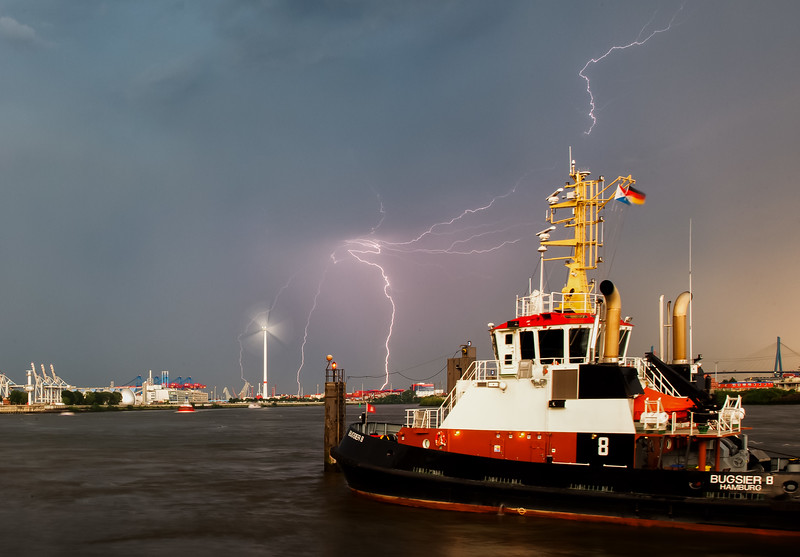 Schlepperbrücke BUGSIER 8 Schlepper mit Blitz Gewitter Hamburg