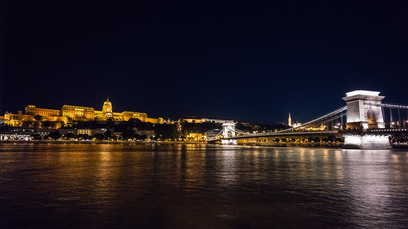 Buda Castle & Chain Bridge night view.jpg
