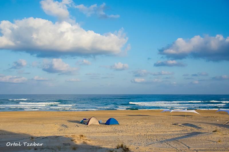 אוהלים על החוף.jpg